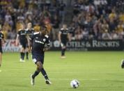 Lebo Moloto passes the ball on a fast break | Golden Goal